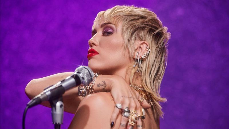 """""""Plastic Hearts"""" è il nuovo album di Miley Cyrus"""
