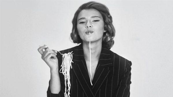 """Gli anni '50 rivisitati da Natalia Moskal nel video """"Mambo italiano"""""""