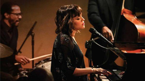 """Norah Jones pubblicherà il suo primo album dal vivo: """"Til We Meet Again"""""""