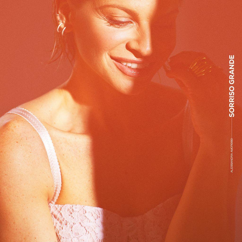 """Alessandra Amoroso pubblica due nuovi brani: """"Piuma"""" e """"Sorriso grande"""""""